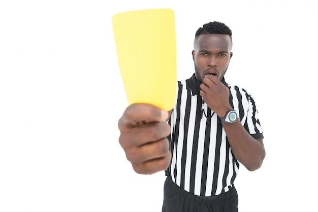 Árbitro grave mostrando o cartão amarelo