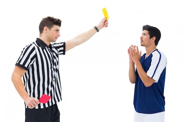 Árbitro, mostrando, cartão amarelo, para, jogador de futebol