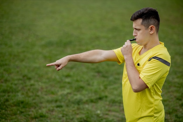 Árbitro mostrando penalidade durante o jogo