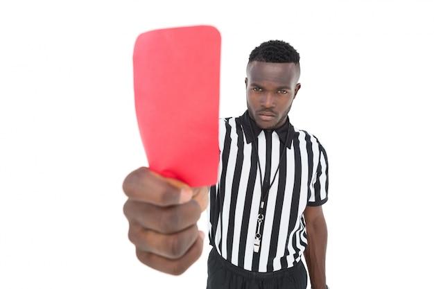 Árbitro sério que mostra o cartão vermelho