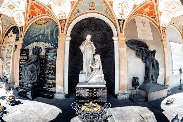 Arcada do cemitério de vysehrad. praga, república tcheca