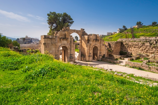 Arco antigo na cidade antiga jerash jordan na primavera