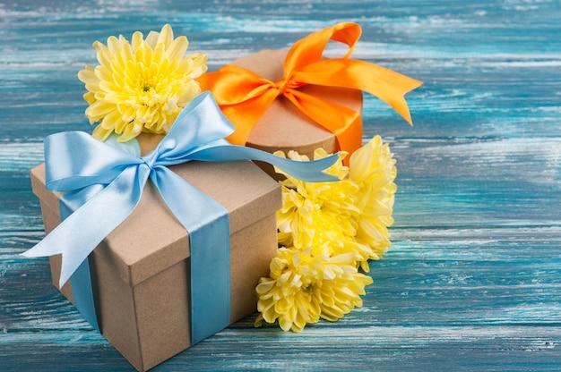 Arco azul e laranja com caixas de presentes feitos à mão