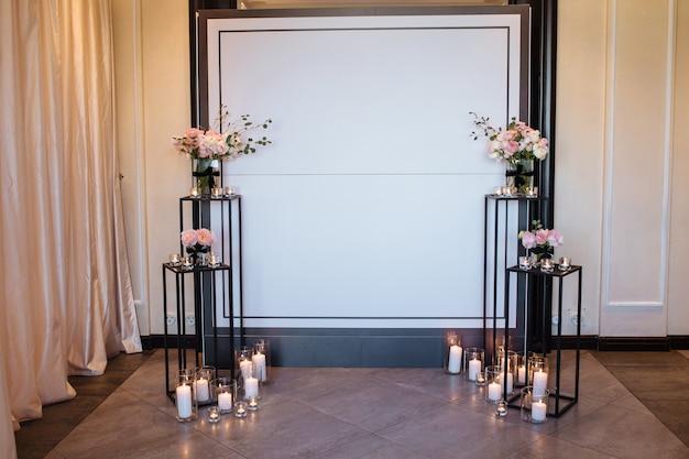 Arco bonito da decoração do casamento para a cerimónia. zona da foto do casamento no festival com flores frescas.