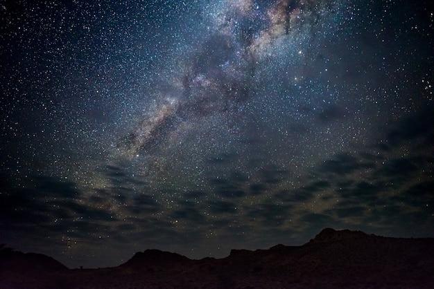 Arco da via láctea, estrelas no céu, o deserto do namibe na namíbia, áfrica