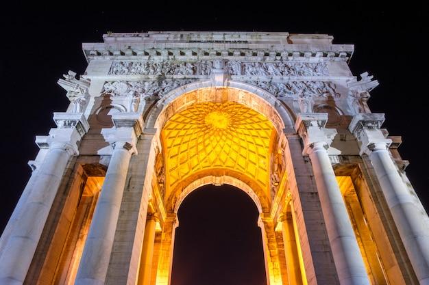 Arco da vitória à noite em gênova