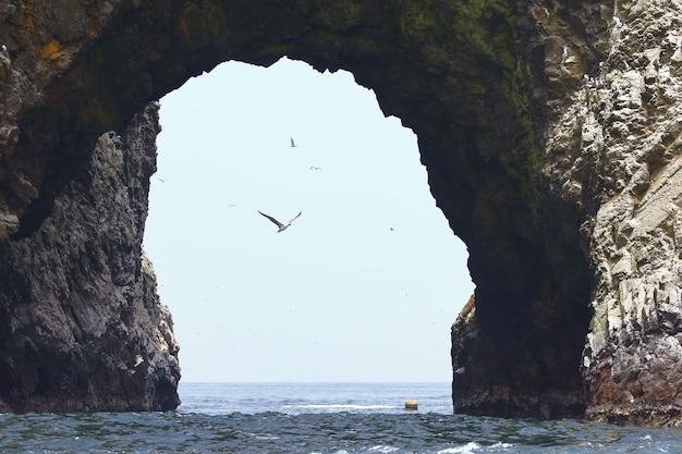 Arco das ilhas ballestas no meio do mar.