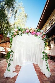 Arco de casamento. bela cerimônia de casamento.