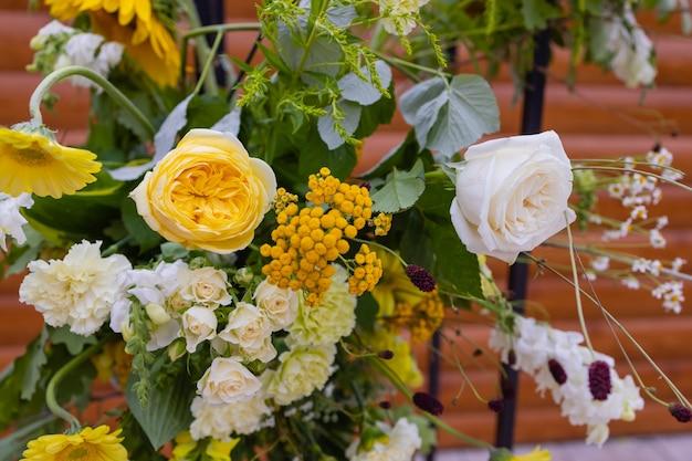 Arco de casamento com decoração de flores ao ar livre, close-up