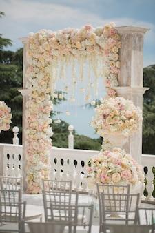 Arco de casamento com flores frescas