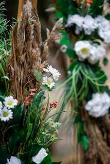 Arco de casamento de margaridas brancas e orelhas de campo