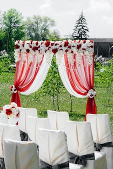 Arco de casamento decorado moderno, para cerimônia de casamento.