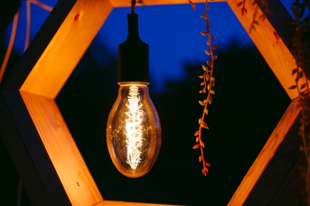 Arco de casamento na cerimônia. lâmpada de close-up, elementos decorativos de edison.