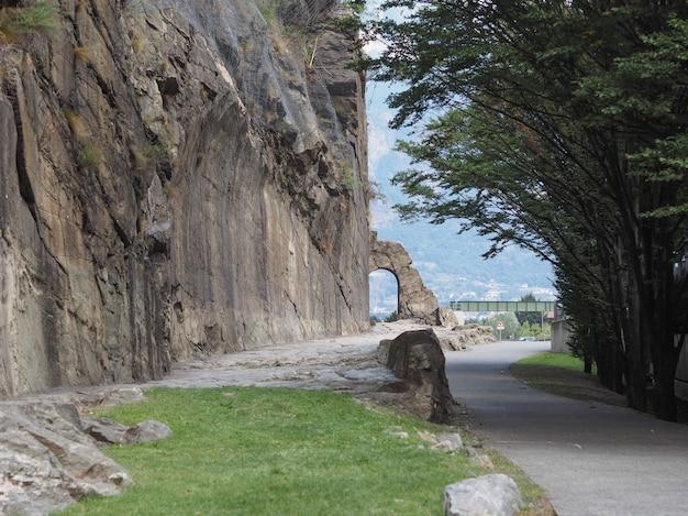 Arco de estrada romana antiga em donnas