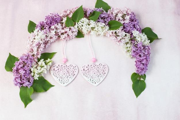 Arco de lilás e dois corações a céu aberto