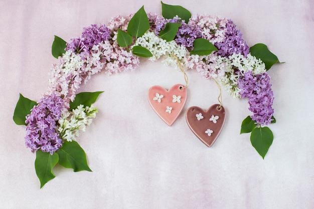 Arco de lilás e dois corações