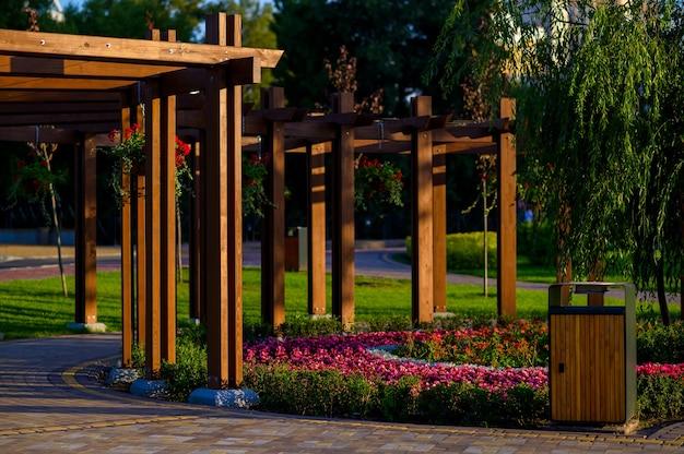 Arco de madeira no jardim com flores e plantas