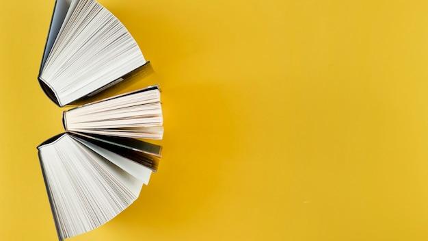 Arco de vista superior feito de livros abertos