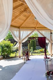 Arco decorativo para a cerimônia de casamento dos noivos