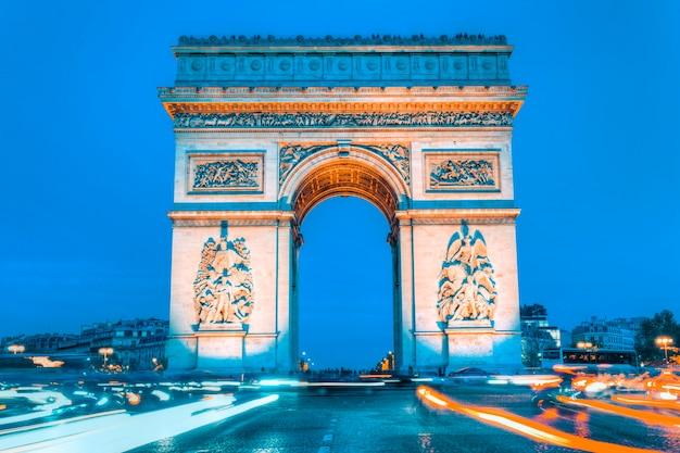 Arco do triunfo à noite e semáforos