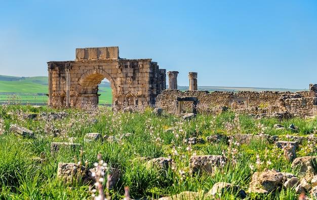 Arco do triunfo de caracalla em volubilis, um patrimônio mundial em marrocos