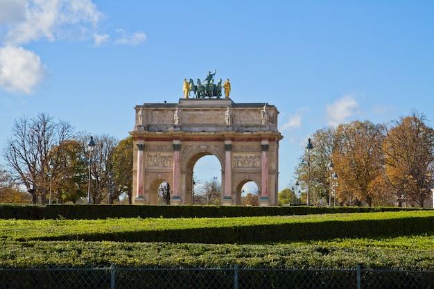 Arco do triunfo do carrossel no jardim das tulherias, paris, frança