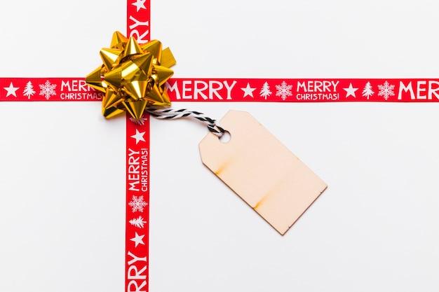 Arco dourado com cartão e fitas