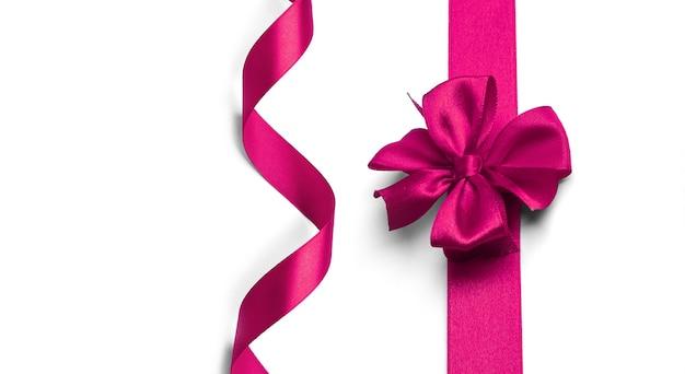 Arco e fita rosa em um fundo branco
