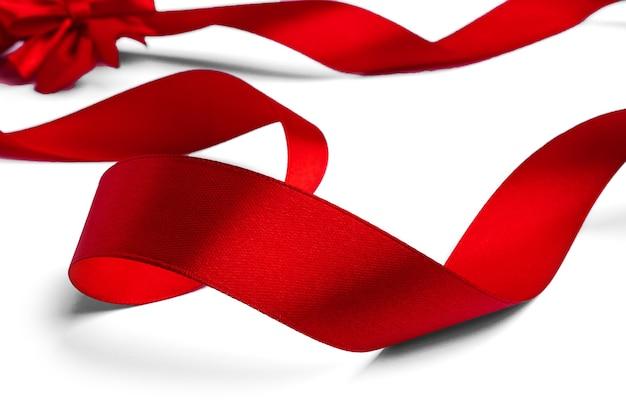 Arco e fita vermelha em um fundo branco