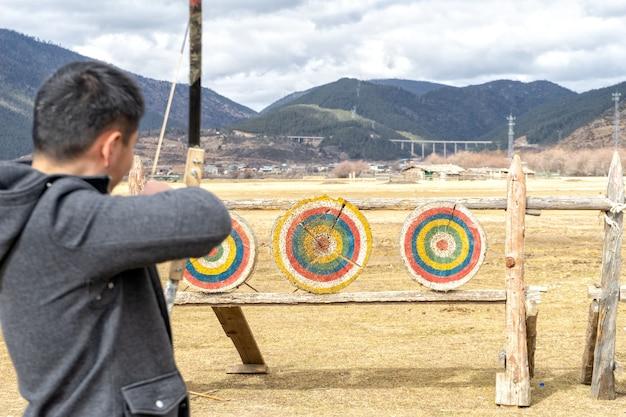 Arco e flecha é principalmente um esporte competitivo e atividade recreativa. concentre-se nos alvos.
