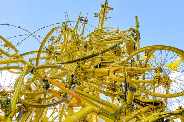 Arco feito de bicicletas amarelas em bruxelas