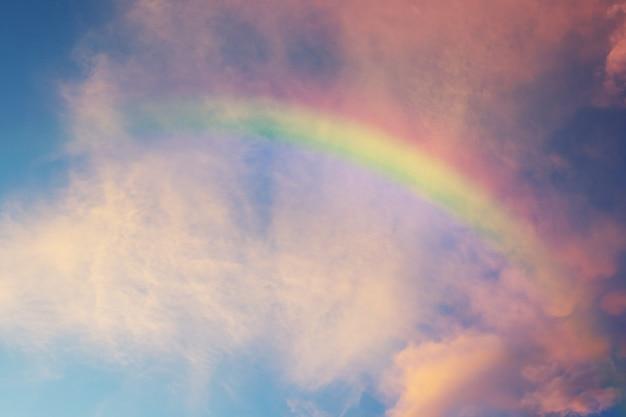Arco-íris clássico lindo no céu azul após a chuva