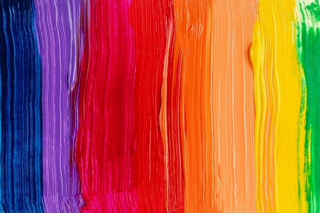 Arco-íris colorido fundo com trilhas de pintura