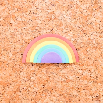 Arco-íris da esponja colocado no centro do fundo da placa da cortiça