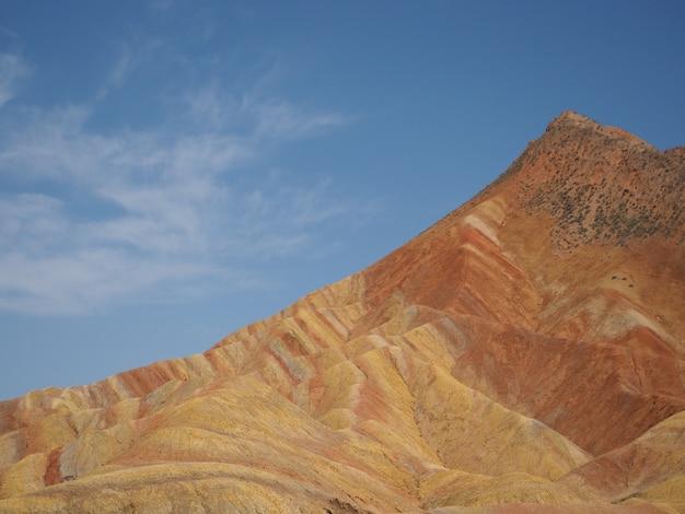 Arco-íris da montanha rochosa, que ocorre naturalmente.