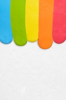Arco-íris de argila texturizada com borda colorida de fundo em cinza arte criativa diy