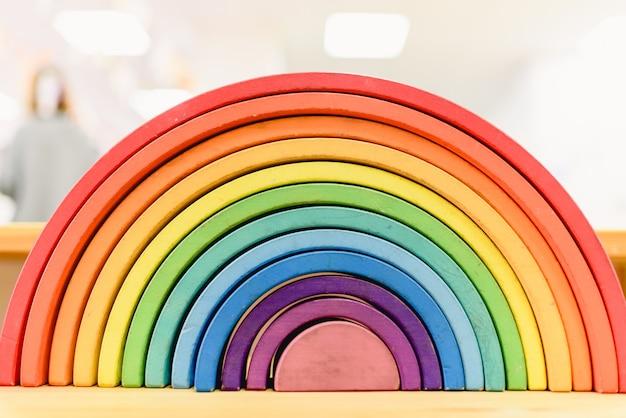Arco-íris de madeira colorido de waldorf em uma sala de aula de ensino da pedagogia do montessori.