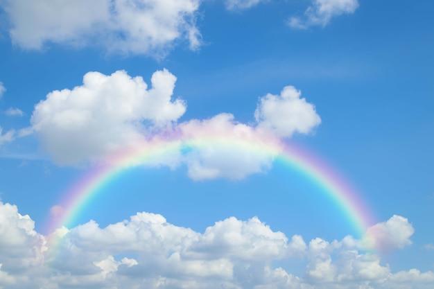 Arco-íris do céu natural com céu azul e nuvens brancas