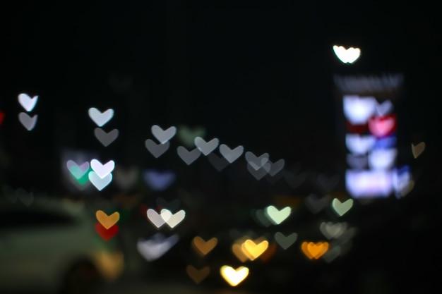 Arco-íris e borrão forma de coração amor dia dos namorados luz noturna colorida na rua