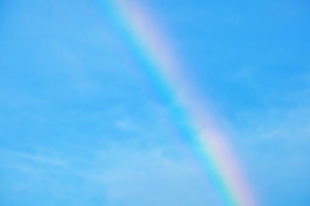 Arco-íris e fundo de céu azul