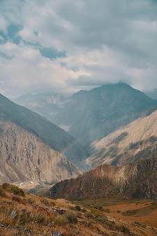 Arco-íris entre as rochas