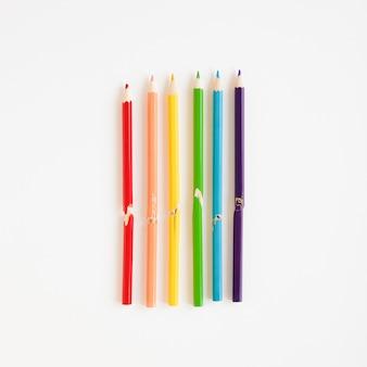 Arco-íris feito de lápis coloridos