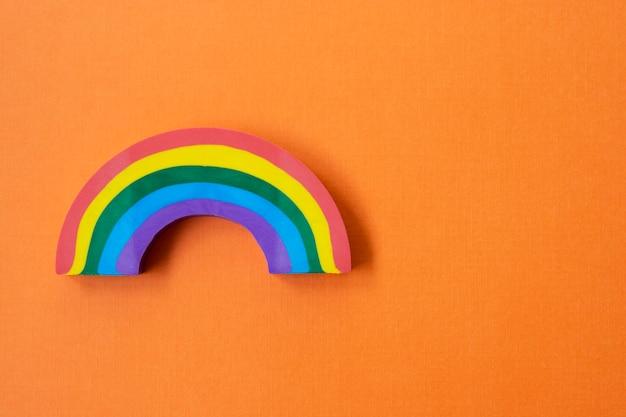 Arco-íris, fundo laranja. conceito lgbt.