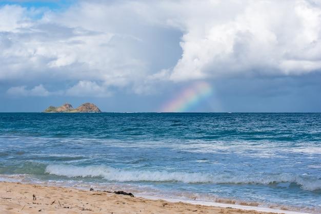 Arco-íris na praia de waimanalo em oahu