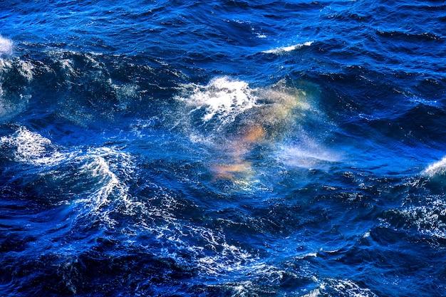 Arco-íris nas ondas na superfície do mar do norte