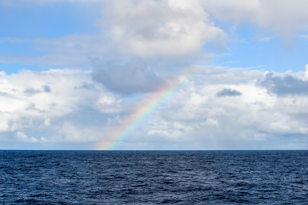 Arco-íris no mar vista do mar mar azul clima calmo vista do navio Foto Premium