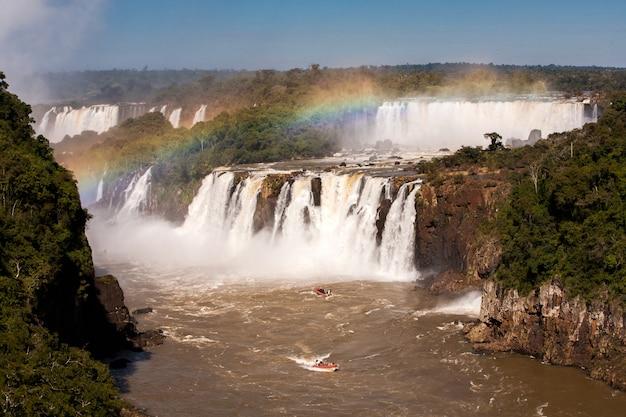 Arco-íris no parque nacional das cataratas do iguaçu