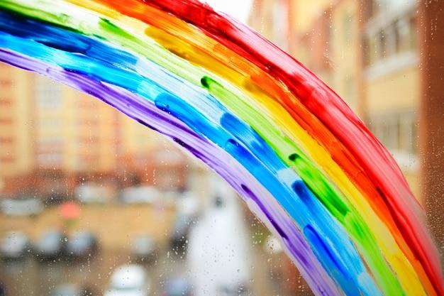 Arco-íris pintado em janela molhada