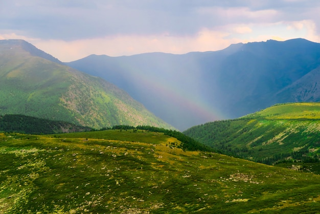 Arco-íris pitoresco nas montanhas