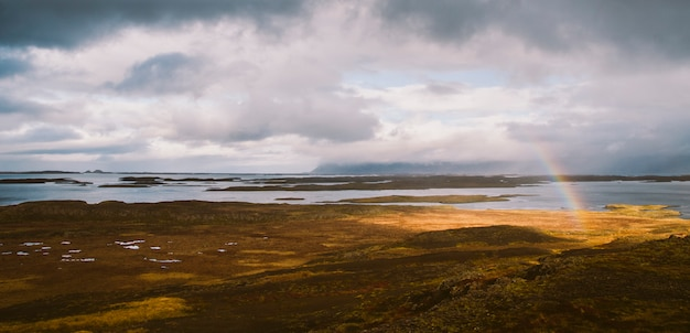Arco-íris sobre a costa islandêsa no meio da natureza.